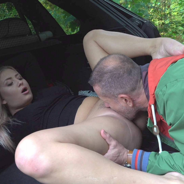 Blonde gives her saviour some unexpected sex - Photo 8 / 16